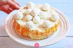 Sernik Raffaello czyli #przepis na sernik z Raffaello na spodzie z herbatników i migdałów, z serową masą z mascarpone, polany polewą z białej czekolady i posypany wiórkami kokosowymi. Oczywiście udekorowany białymi kulkami kokosowymi.  #sernik #ciasto #raffaello #wypieki Cheesecakes, Doughnut, Muffin, Breakfast, Food, Mascarpone, Raffaello, Morning Coffee, Essen