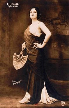 "La cantatrice Marthe Chenal dans ""Aphrodite"" (1908)."