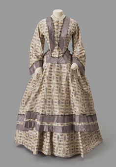 Floral Warp-Printed Dress - Albany Institute of History and Art 1855 remade into a 1865 gown 1850s Fashion, Victorian Fashion, Vintage Fashion, Medieval Fashion, Women's Fashion, Historical Costume, Historical Clothing, Silver Gown, Purple Gowns