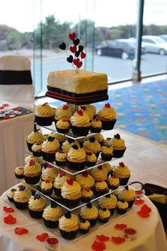Red, black and white wedding by Cupcake Passion (Kate Jewell), via Flickr