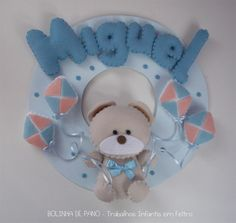 Porta Maternidade Urso Bege soltando Pipas. Base em MDF pintado com 25cm de diâmetro. Tons de Azul bebê. Possui suporte com triângulo na parte traseira para pendurar na porta.  A quantidade de letras em relação ao nome não altera o valor da peça R$89,00