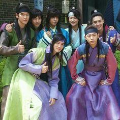 Taehyung with the Hwarang cast ❤ IG Update) Park Hyung Sik, Asian Actors, Korean Actors, Korean Dramas, V Hwarang, Hwarang Taehyung, Kdrama, Park Seo Joon, K Wallpaper