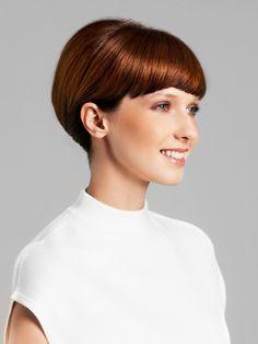 """Einfache Variante des beliebten Beehive-Looks: Teilt eine Partieam hinteren Oberkopf ab undtoupiert das Haar für mehr Volumen. Glättet nun die gesamten Haare mit einem Kamm, bringt alles in die gewünschteForm und fixiert die Frisur mit einer Haarnadel. Etwas Nivea """"Color Care"""