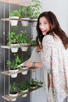 Make this Custom Potted Hanging Herb Garden. An easy DIY for your home made from pallet wood and inexpensive terra cotta pots! - Click through for the full tutorial. diy home plants Custom Potted Hanging Herb Garden DIY Hanging Herb Gardens, Hanging Herbs, Diy Hanging, Outdoor Gardens, Vertical Gardens, Hanging Baskets, Culture D'herbes, Diy Herb Garden, Herbs Garden