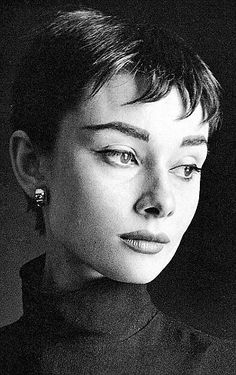 Audrey Hepburn Portrait by Cecil Beaton for Vogue in 1954 – short gamine haircut popular at the time. Audrey Hepburn Portrait by Cecil Beaton for Vogue in 1954 – short gamine haircut popular at the time. Style Audrey Hepburn, Audrey Hepburn Eyebrows, Audrey Hepburn Bangs, Audrey Hepburn Photos, Cecil Beaton, Short Pixie Haircuts, Short Bangs, Pixie Cut, Old Hollywood