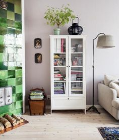 Finnish home: green fireplace, wooden floors and Tikkurila's 'Shantung' paint on the walls. A calm, harmonious sitting room despite the perky green of the fireplace. Shabby Chic Toilet, Rustic Shabby Chic, Bathroom Storage Boxes, Diy Sofa Table, Toilet Roll Holder, Wooden Flooring, Home Living Room, Duvet Cover Sets, Interior Inspiration