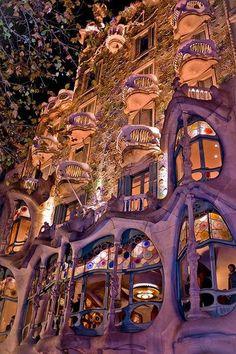 Vista nocturna de la Casa Battlo, de Antonio Gaudi, Barcelona España
