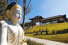 Templo Zu Lai é um autêntico templo budista localizado a menos de 40 km de São Paulo, em Cotia. Um dos maiores templos budistas da América Latina