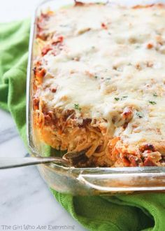 This Baked Spaghetti recipe is an easy dressed up version of spaghetti perfect for a potluck and the best recipe for bringing in to a family for dinner. This Baked Spaghetti is an Italian casserole everyone Casserole Spaghetti, Pate Spaghetti, Garlic Spaghetti, Spaghetti Sauce, Baked Spaghetti With Ricotta, Recipe For Spaghetti Pie, Left Over Spaghetti Recipes, Baked Spagetti, Cheesy Spaghetti