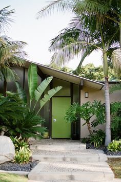 Skillion roof and painted front door to this lovely mid-century home. Eichler homes - Orange California. Home Design, Design Patio, Modern Interior Design, Home Interior, Orange Interior, Design Blogs, Design Hotel, Design Interiors, Design Projects