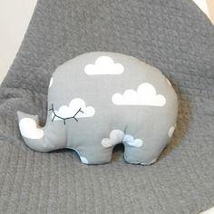 Grand éléphant doudou en tissu gris et blanc avec motifs nuages. assorti à la couverture du même thème