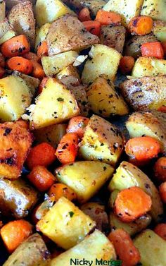 Spiced - Oven Baked Potatoes and Baby Carrots recipe with 360 calories. Toasted Potatoes, Baked Baby Potatoes, Roasted Potatoes And Carrots, Making Baked Potatoes, Potatoes In Oven, Baked Potato Oven, Baked Carrots, How To Cook Potatoes, Oven Baked