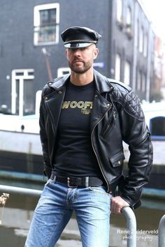 Men's Leather Jackets: How To Choose The One For You. A leather coat is a must for each guy's closet and is likewise an excellent method to express his individual design. Leather jackets never head out of styl Leather Jeans, Biker Leather, Leather Jackets, Biker Jeans, Black Leather, Denim, Leather Fashion, Mens Fashion, Look Cool