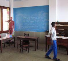 Pizarra Azul Gulliver en una Escuela de Guinea Ecuatorial www.cuartocolor.es