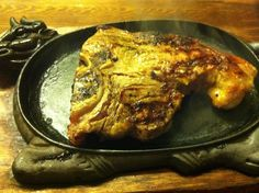 T-bone steak γάλακτος σβησμένο με Jack Daniels. Σερβίρεται με γεμιστές πατάτες ψημένες σε αλάτι. Αγορά, Λ.Αλεξάνδρας & Βουρνάζου 31