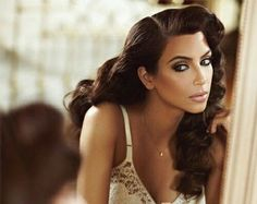 kim kardashian wedding makeup Discover these wedding makeup tips ad# 2994 Hollywood Glamour, Old Hollywood Hair, Hollywood Curls, Pelo Vintage, Vintage Curls, Vintage Waves Hair, Retro Hairstyles, Curled Hairstyles, Hollywood Hairstyles