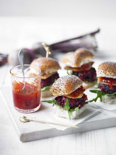 Beetroot and halloumi sliders with chilli jam - These vegetarian sliders made from chickpeas, beetroot and halloumi work great as snacks, starters or even a main course, simply adjust the portion size each time! Tapas, Think Food, Love Food, Beetroot Burgers, Chilli Jam, Vegetarian Recipes, Cooking Recipes, Vegetarian Burgers, Halloumi