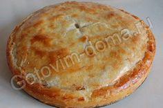 Курник из песочного теста--------------- для теста маргарин - 200 г, сметана - 200 г, желтки - 2 шт, мука - 1,5-2 стакана, разрыхлитель - 1 ч. ложка, соль - на кончике ножа, сахар - 0,5 ч. ложки для куриной начинки половина курицы, лук репчатый - 2-3 шт, соль, перец, бульон - 0,5 стакана для рисовой начинки рис сухой - 0,75-1 стакан, яйца - 5-6 шт, бульон - 0,5 стакана, соль, сливочное масло - 30 г яичный желток или 1 яйцо - для смазывания пирога