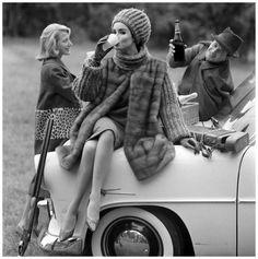 1960 Christian Dior (1905-1957). Manteau. Mariage de la fourrure et du tricot pour une veste 3/4 en vison Emba Autumn Haze, travaillée en bandes horizontales et porté sur un deux-pièces. Bonnet assorti. Bas Dior. Fusil Gastine Renette