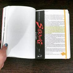 E como não amar um marca página tão lindo? Não da né.  Essa com mãozinha que você além de marcar a página pode marcar a linha é da @mixcelaneaoficial e você encontra no site: www.mixcelanea.com.br #mixcelanea #livro #leitura #marcapagina #amo #fofo #mamaededois #mamaededois2