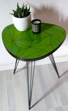 """""""Suzanna"""" - Table basse, table d'appoint modern et sobre pour une décoration vitaminée avec son plateau recouvert de triangles de verre verts."""