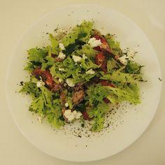 салат из тунца с помидорами, фетой и зеленью ... Сбрызнутый оливковым маслом с бальзамическим уксусом и лимоном