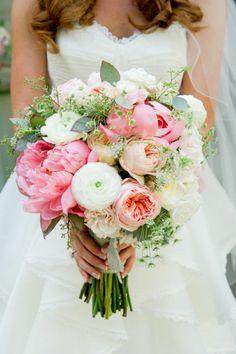 joli bouquet de mariée rond avec pivoines blancs et roses