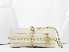 Chanel balluchon bag in quilted calfskin trimmed with an interlaced chain (Spring-Summer Chanel Purse, Chanel Handbags, Chanel Chanel, Mademoiselle Coco, Style Pantry, Unique Bags, Chanel Spring, Beautiful Bags, Purses