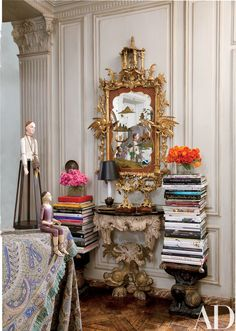 In the entry, an 18th-century English gilt chinoiserie mirror and an Italian console.