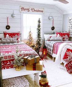 40 Simple And Cozy Christmas Bedroom Decorations Ideas - Septor Planet Decoration Christmas, Farmhouse Christmas Decor, Christmas Mantels, Cozy Christmas, Christmas Design, Country Christmas, Christmas Holidays, Holiday Decor, Xmas