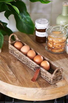 Newspaper Basket, Newspaper Crafts, Willow Weaving, Basket Weaving, Easter Egg Basket, Easter Eggs, Basket Crafts, Bamboo Crafts, Paper Weaving