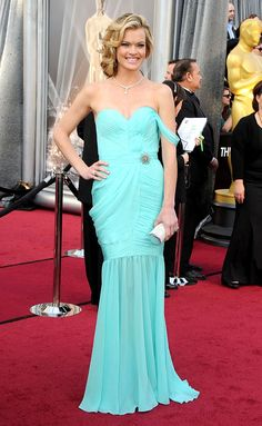 Missi Pyle at the Oscars 2012 in her eco-fashion gown designed Valentina Delfino, winner of Red Carpet Green Dress Design contest. Oscar Dresses, Prom Dresses, Formal Dresses, Oscar Gowns, Formal Outfits, Evening Dresses, Red Carpet Dresses, Blue Dresses, Oscar 2012