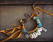 Ten silver tag memory wire bracelet. Hippie Boho door BeadStonenSkin