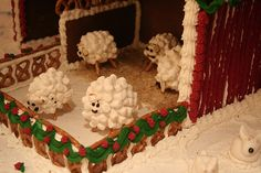 Bushes full of snow could also be made this way. Gingerbread House Template, Cool Gingerbread Houses, Gingerbread House Designs, Gingerbread House Parties, Gingerbread Village, Gingerbread Decorations, Christmas Gingerbread House, Christmas Sweets, Christmas Goodies