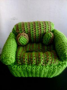 Cubre dispensador de toallas higienicas para bebe; un mueble con cojines, en crochet