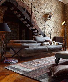 Шикарный кожаный диван в гостиной стиля лофт.