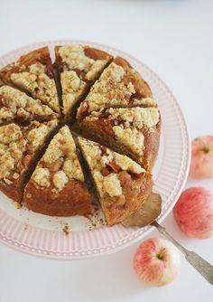 Hyvä esimerkki positiivisesta ongelmasta on se, että omenapuusta tulee niin paljon omenia ettei niitä meinaa ehtiä syödä. Ylijäämäomenoista voi keittää sosetta tai omenat voi viedä työpaikalle piristämään työkavereita – tai sitten omenoista voi leipoa. Eilen... Apple Cake, Piece Of Cakes, Deli, Sweet Tooth, French Toast, Food And Drink, Sweets, Bread, Baking