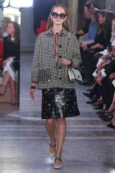 See all the Collection photos from Bottega Veneta Spring/Summer 2018 Ready-To-Wear now on British Vogue Spring Summer 2018, Spring Summer Fashion, Fashion 2018, Women's Fashion, Fashion Trends, Fashion Show Collection, Italian Fashion, Bottega Veneta, Sexy Outfits