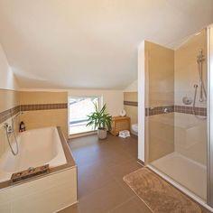 Weißes-badezimmer-im-landhausstil- Badewanne Und Duschkabine Aus ... Inspirationen Badezimmer Im Landhausstil
