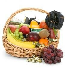 The Chocolate & Fruit Orchard Gift Basket Give them a gift basket with the sweetest combination, fruit and chocolate! With assorted fresh fruits and gourmet Rustic Baskets, Gift Baskets, Fruit Basket Delivery, Fruits Basket Manga, Fruit Gifts, Incredible Edibles, Delicious Fruit, Chocolate Covered Strawberries, Fresh Fruit