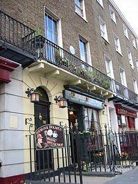 ベーカー街221B - Wikipedia  2006年LONDON旅行でシャーロックホームズ博物館の前迄行った。入らず向かいのグッズショップで買い物のみ。現代版シャーロックが人気出たことで何か変わってるかな?今度行ったら入ってみよう。