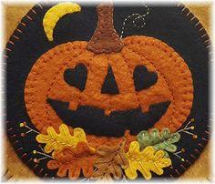 Moldes Halloween, Adornos Halloween, Halloween Quilts, Halloween Crafts, Holiday Crafts, Fall Felt Crafts, Penny Rug Patterns, Wool Applique Patterns, Fall Applique