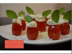 Entradinha fácil: Tomatinhos com cream cheese e manjericão