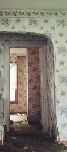 Vintage wallpaper in abandoned house Old Buildings, Abandoned Buildings, Abandoned Places, Wallpaper Layers, Of Wallpaper, Peeling Wallpaper, Wallpaper Ideas, Old Houses, Decoration