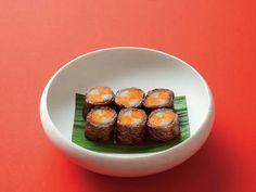 有元 葉子 さんのごぼうを使った「八幡巻き」。ごぼうの産地だった京都の八幡にちなんで名前がついたといわれる八幡巻き。美しく仕上げるポイントは、にんじんとごぼうの角をぴったり合わせて巻くことです。ごぼうを多めに下煮して、卵とじにしても美味しいですよ。 NHK「きょうの料理」で放送された料理レシピや献立が満載。