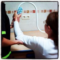 Soporte curvado para trabajar la movilidad en miembro superior, cruce de la línea media, seguimiento visual, etc. Le hemos incorporado diferentes objetos de agarre en función de la apertura de la mano y destreza de movimientos en general. Occupational Therapy, Aperture, Objects