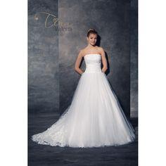 Krásne svadobné šaty s čipkovaným zvrškom s veľkou tylovou sukňou s vlečkou