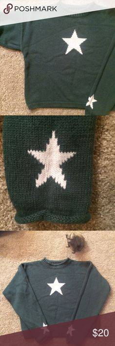 ✨ 90s boxy forest green white star sweater ✨ A really fun & definitely unique sweater! 90s vintage croft & barrow. One white knit star on the front, 2 on the back, and one on the back of the wrist on each sleeve. Size Medium, but with its boxy fit, it would look cute as an over-sized sweater on anyone! Medium-weight but breathable cotton-ramie blend material. Mock neck and sleeves are sewn so that they roll down in a stylish way. From a smoke-free home. Please message me if you have any…