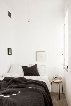 Very small bedroom painted white. The simplicity of the colour scheme gives the room a relaxing atmosphere. Bright colours in such a small space will make it feel crowded. How cosy does that bed look? Design Scandinavian, Scandinavian Apartment, Scandinavian Bedroom, Cozy Bedroom, Bedroom Decor, Bedroom Ideas, Winter Bedroom, Bedroom Small, Bedroom Bed