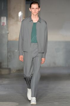 See all the Collection photos from Lemaire Spring/Summer 2018 Menswear now on British Vogue Men's Fashion, Vs Fashion Shows, Fashion Sale, Fashion Design, Fashion Tips, Vogue Paris, La Mode Masculine, Summer Suits, Fashion Show Collection